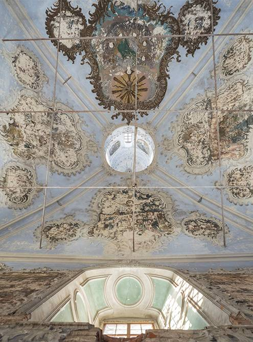 На сводах церкви сохранились фрески и лепнина, характерные длязодчества второй половины 18 века