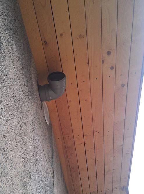 Выпуск фановой трубы через фронтон. Впоследствии я продолжу его горизонтальным участком, чтобы обогнуть свес крыши и вывести надкрышей