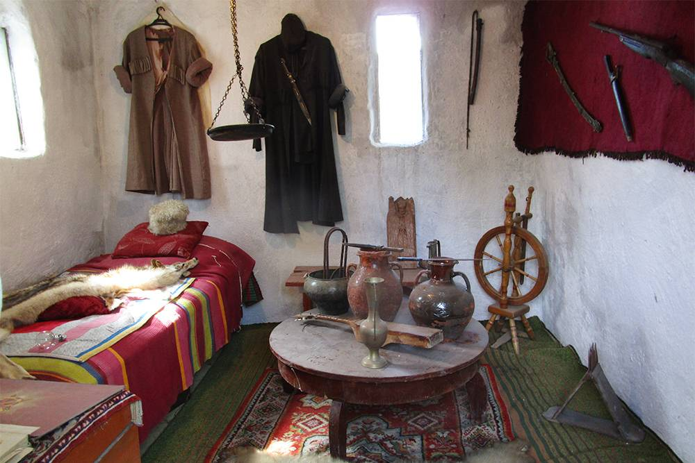 В комнате воссоздан интерьер по типу того, что были более ста лет назад. Черкеска, которая висит на стене, — реальный наряд. Рядом — оружие хозяина башни