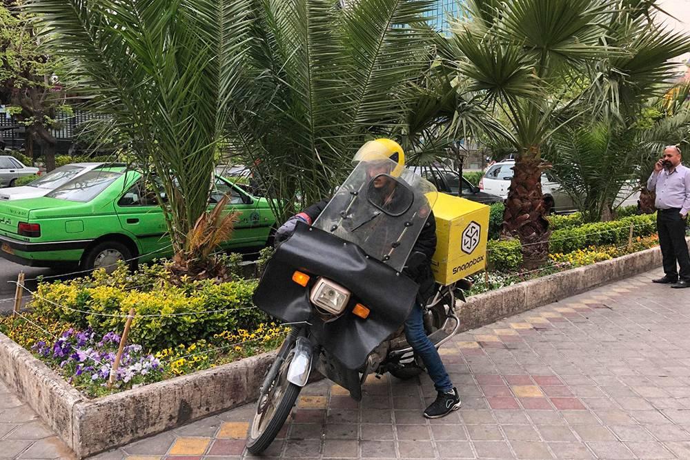 Курьер «Яндекс-еды» по-ирански