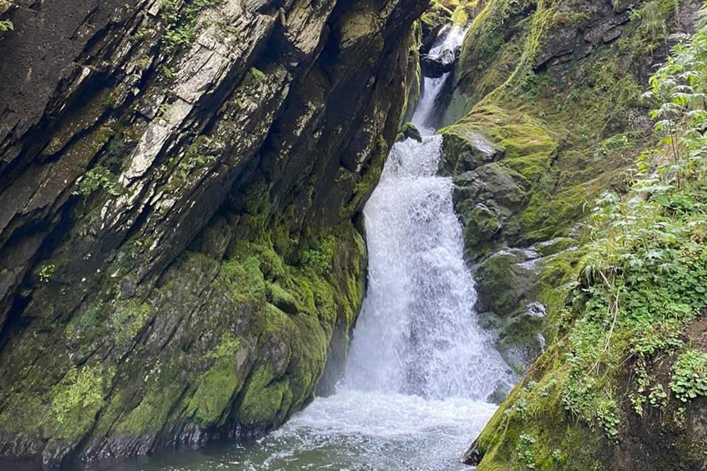 Это водопад Эстюбе. На фото не видно, но ниже находится необычное деревянное сооружение — местнаяГЭС