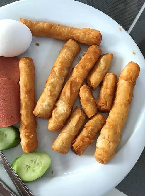 Еду я почти не фотографировала: она была не очень инстаграмной. Вот мой типичный завтрак: колбаса, огурцы, яйцо и палочки с творожным сыром