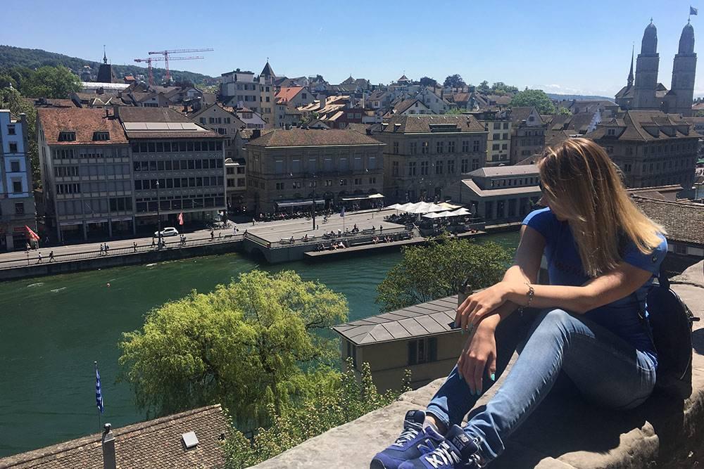 С обзорной площадки Линденхоф видно центр города, реку и жилые районы