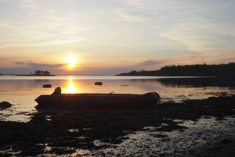 Сказочные виды Белого моря. Мы проводили каждый вечер, сидя с кружкой чего-нибудь горячего и глядя на закат, и нам не надоедало. Я жалела, что забыла альбом и краски