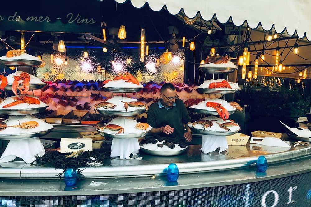Французы очень любят морепродукты: устрицы, мидии, тигровые креветки. Здесь все это свежее, потому что до морского побережья Нормандии и Бретани от Парижа всего около 200 км