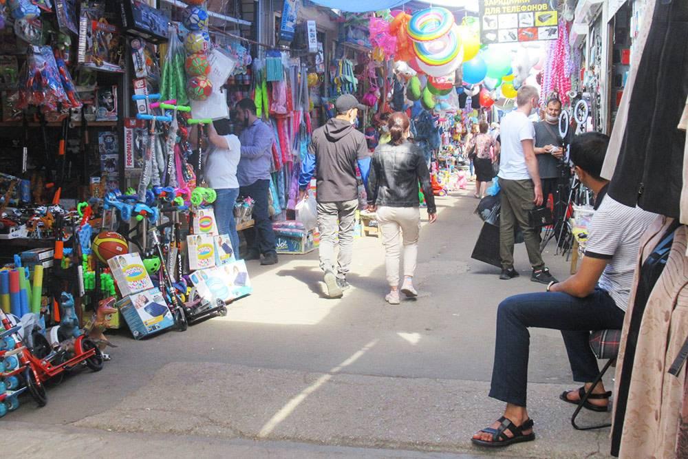 На вьетнамском рынке торгуют всем: от одежды до детских игрушек и бытовой техники