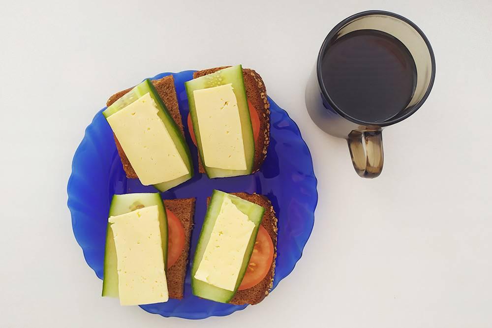 Иногда я завтракал бутербродами. К ним пристрастился, когда работал в офисе