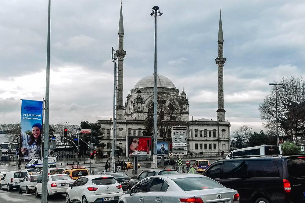 Рядом с дворцом Долмабахче стоит одноименная мечеть
