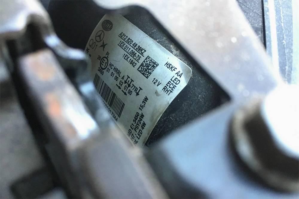 Так выглядит наклейка на оригинальной фаре «Мерседес Бенц». Даты изготовления не видно, но она есть в нижней левой части наклейки