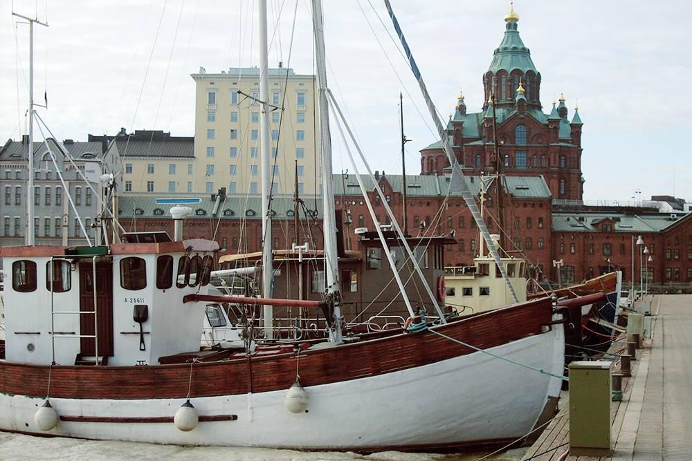 Северная гавань и район Катаянокка в Хельсинки. Там стоят круизные лайнеры, деревянные лодки, яхты и другие морские суда