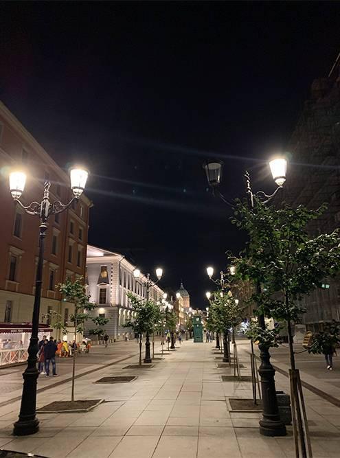 Улица Малая Конюшенная особенно уютно выглядит ночью в свете фонарей. Отсюда виден Казанский собор