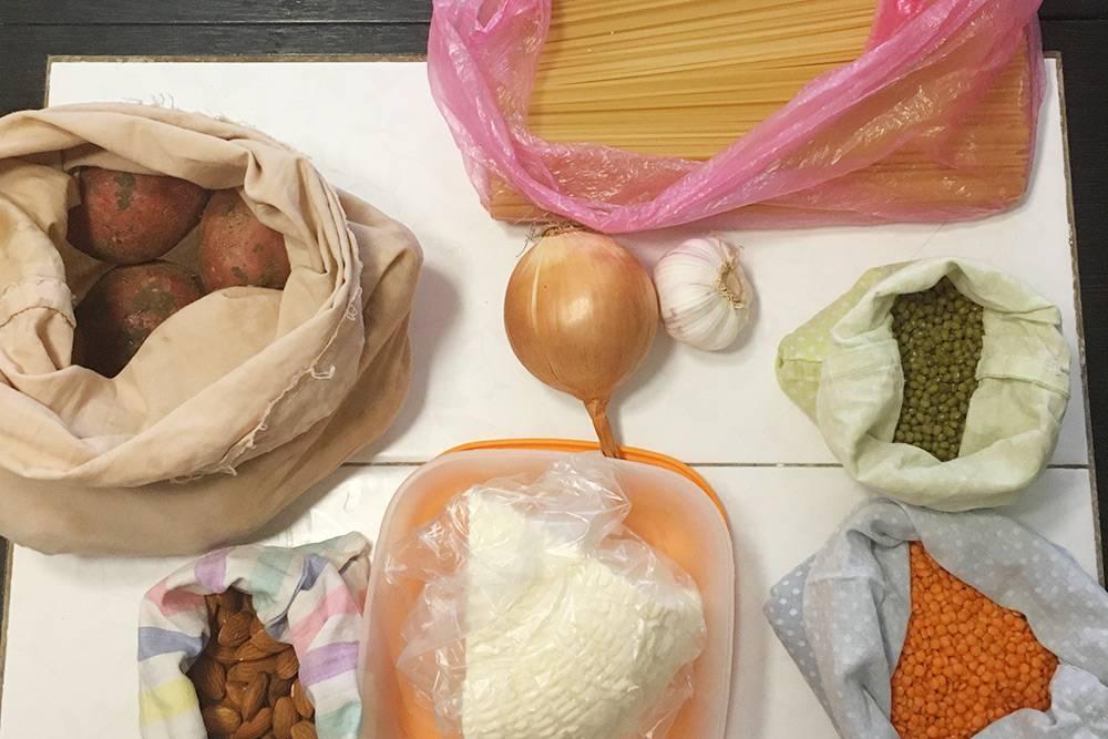 Покупки вседьмой день эксперимента: красная чечевица, миндаль, маш, лук, чеснок, картошка, спагетти иадыгейский сыр. Первый новый пакет— внем сыр, авот макароны лежат вмоем кульке изпакета спакетами