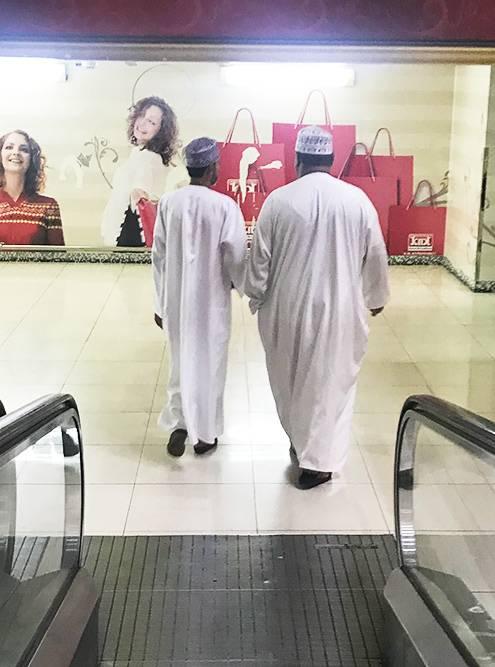 И мужчины, и женщины в Омане любят носить традиционную одежду, потому что это очень практично и удобно. Она работает по принципу термоса: подней сохраняется постоянная комфортная температура и кожа подсолнцем не обгорает