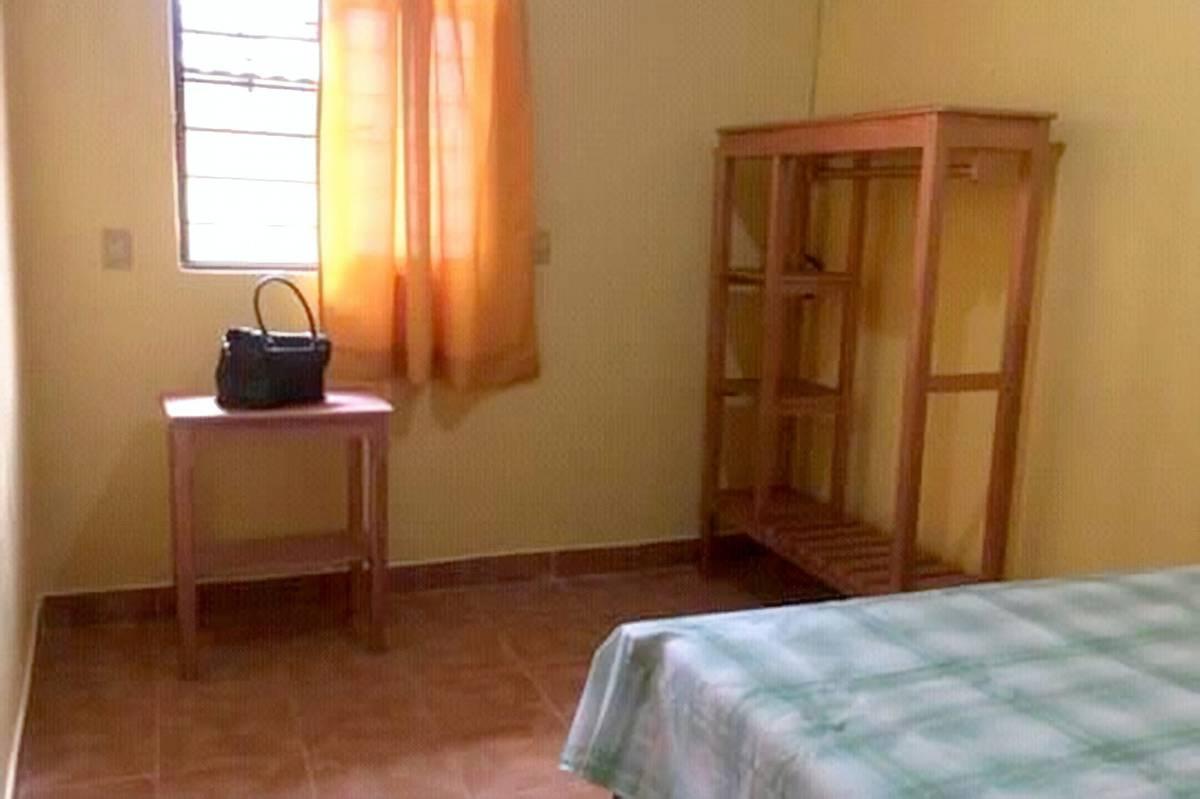 Вариант поскромнее — часть дома за 2600 песо (8598<span class=ruble>Р</span>). Есть спальня, кухня, отдельный вход и санузел, а территория общая с соседями. Источник: vivanuncios