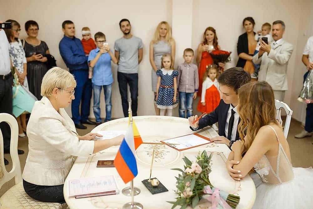 Гостей на церемонии было немного, и им тоже разрешили зайти в кабинет — это мы уточнили заранее