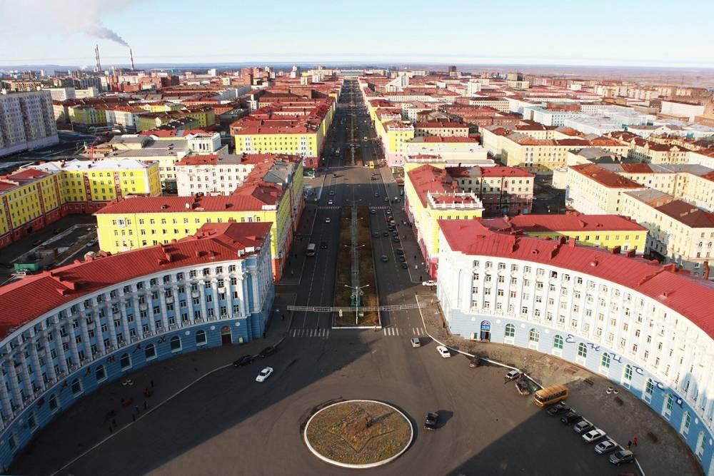 Ансамбль Гвардейской площади, как и Октябрьской, создал архитектор В. Непокойчицкий. Источник: norilsk-city.ru