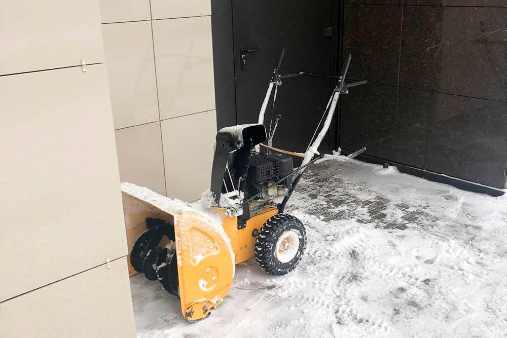 Как только выпадает снег, наш двор быстро чистят такими машинками