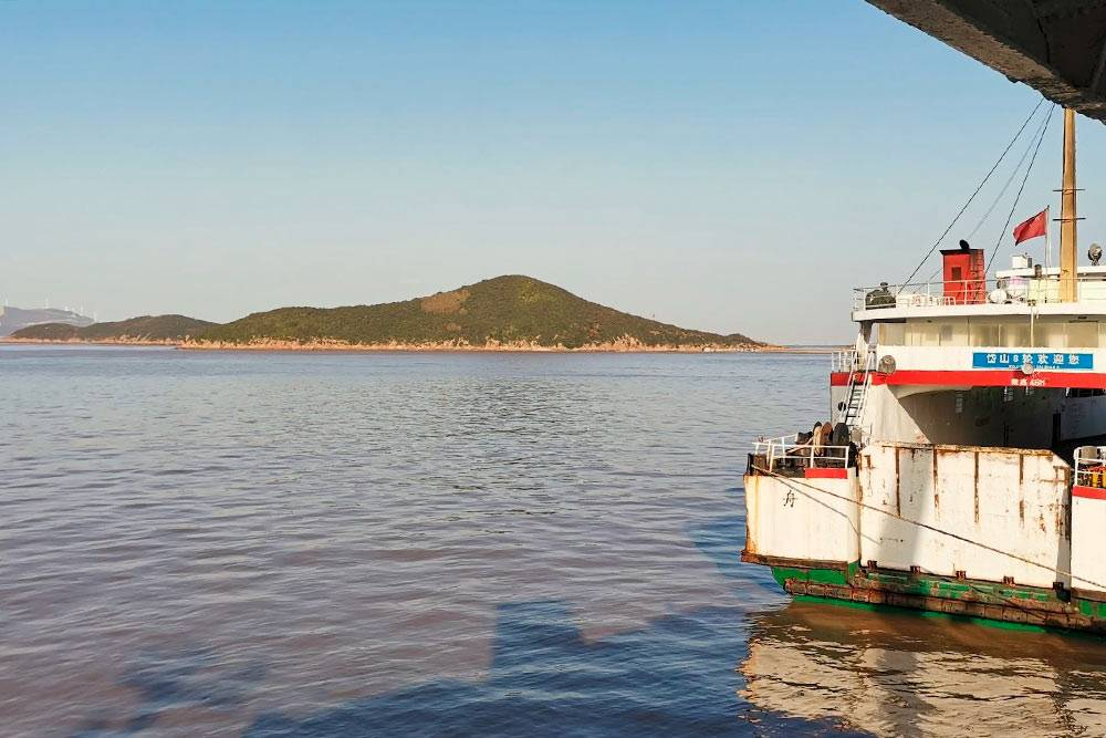 На таких паромах я плаваю со своего острова на материковую часть Китая и обратно