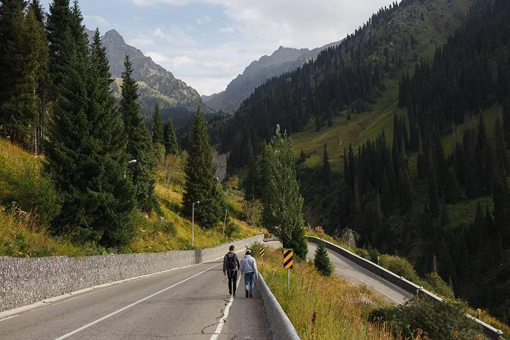 Местные часто приезжают в долину Медео в выходные