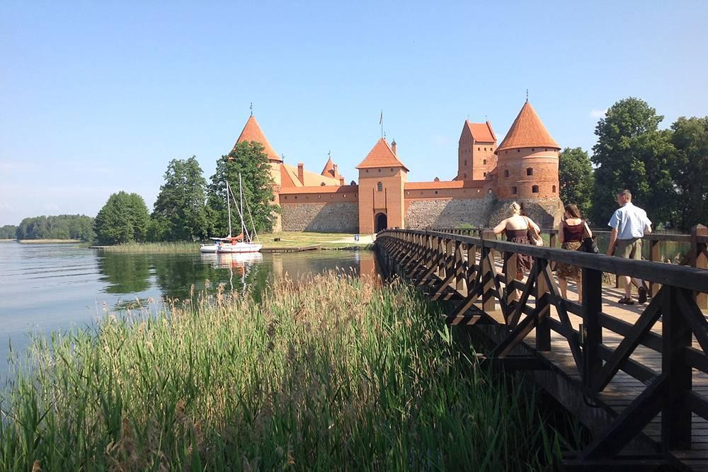 За 5€ (345<span class=ruble>Р</span>) можно прокатиться вокруг замка на лодке