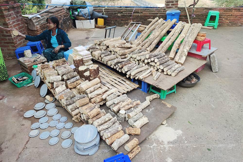 Продавщица сырья длятанаки в Багане. Свежую танаку делают прямо из деревяшек — растирают их на серых ступках