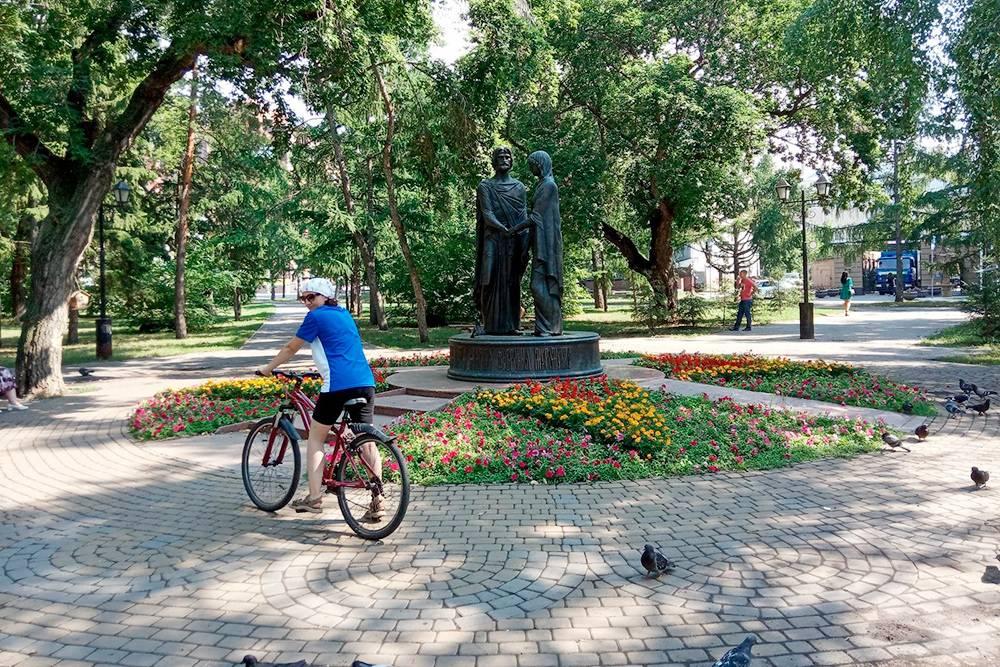 В центре Театрального сквера стоит металлическая скульптура — памятник Петру и Февронии Муромским. Таких скульптур на нашем маршруте будет много, это особенность Омска