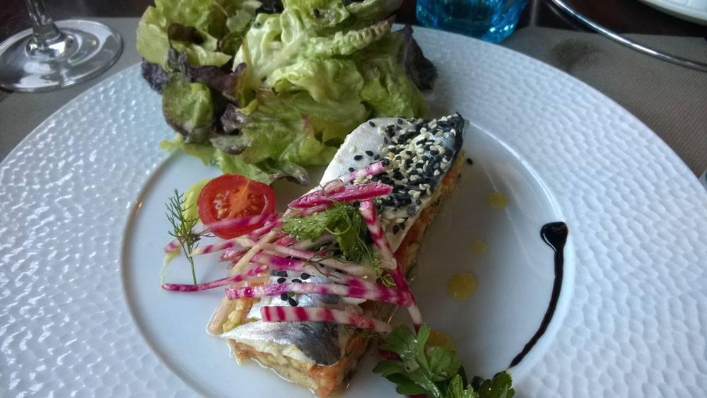 Закуска в ресторане: сардина, фаршированная овощами в маринаде
