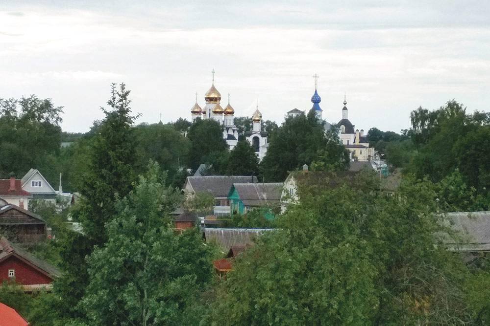 Из окна номера мы любовались Никольским женским монастырем и слушали колокольный звон
