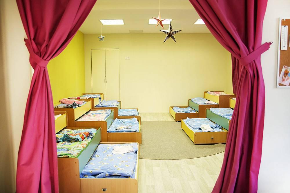 Кровати в спальне удобны и при этом экономят пространство