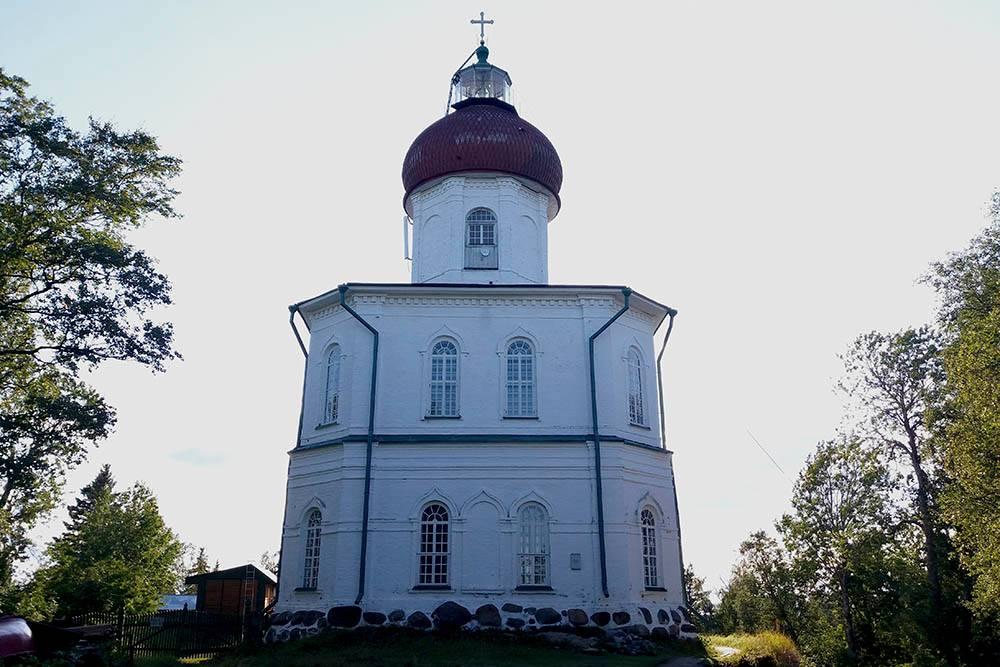 Свято-Вознесенский скит. На его куполе размещен маяк. Его хорошо видно с моря