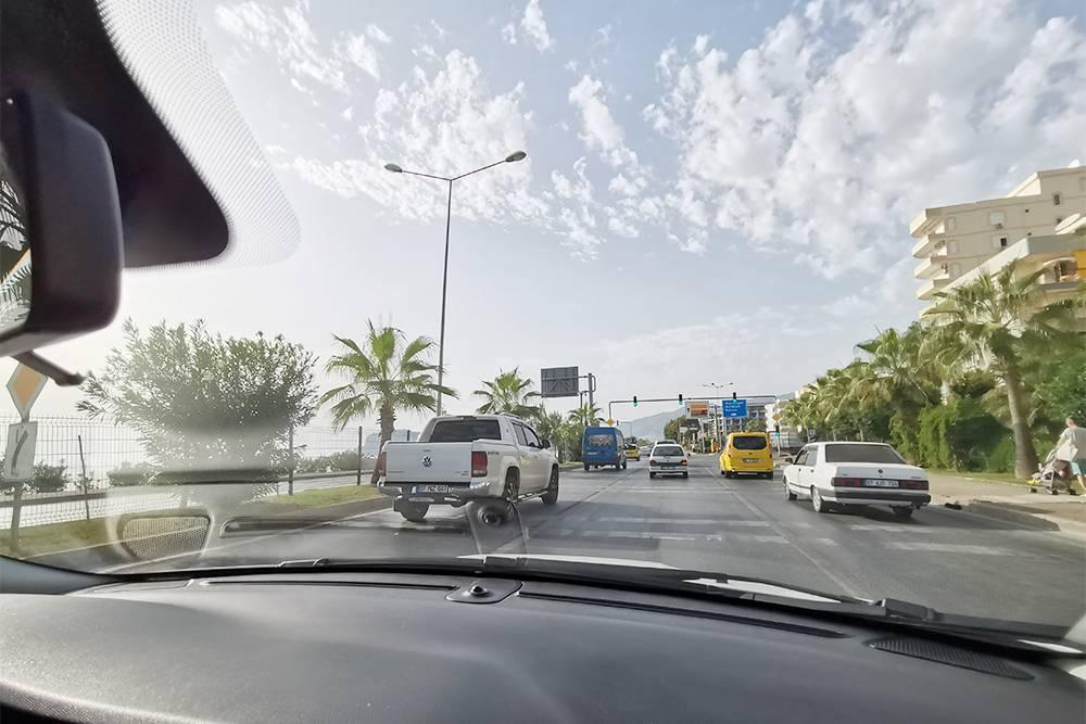 Дорога в городах часто идет вдоль моря — ехать приятно. Движение всегда активное, машин много, но пробок мы не встречали
