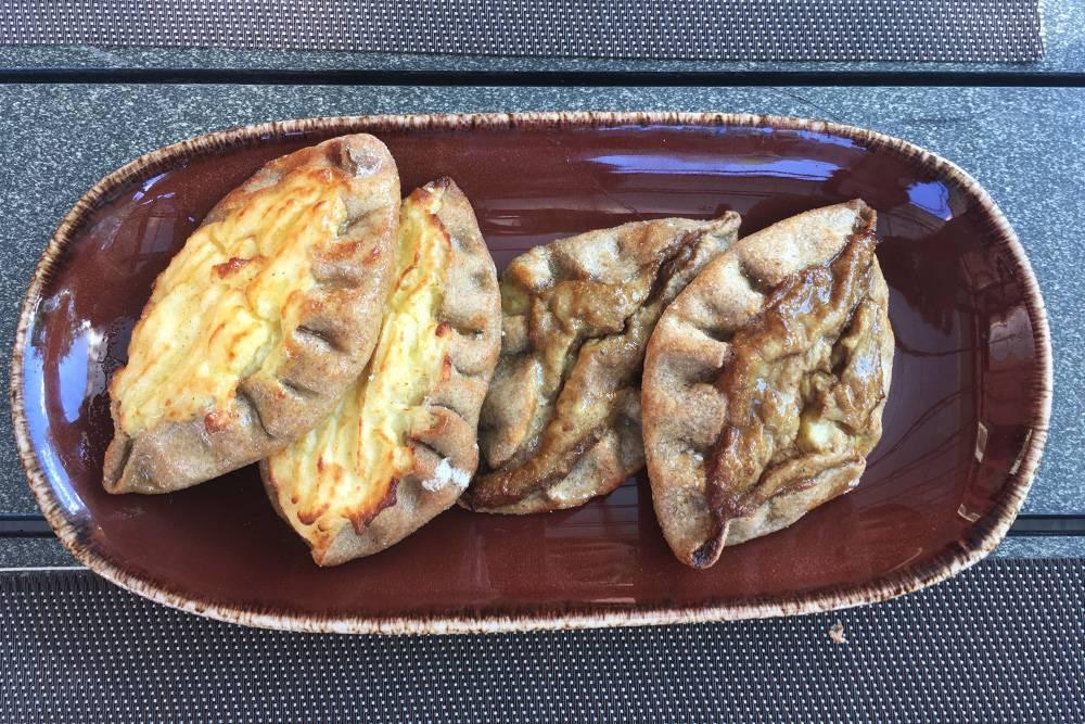 Калитки с грибами не назовешь красивым блюдом. Они справа, а слева — с картошкой. Тоже вкусно и в два раза дешевле
