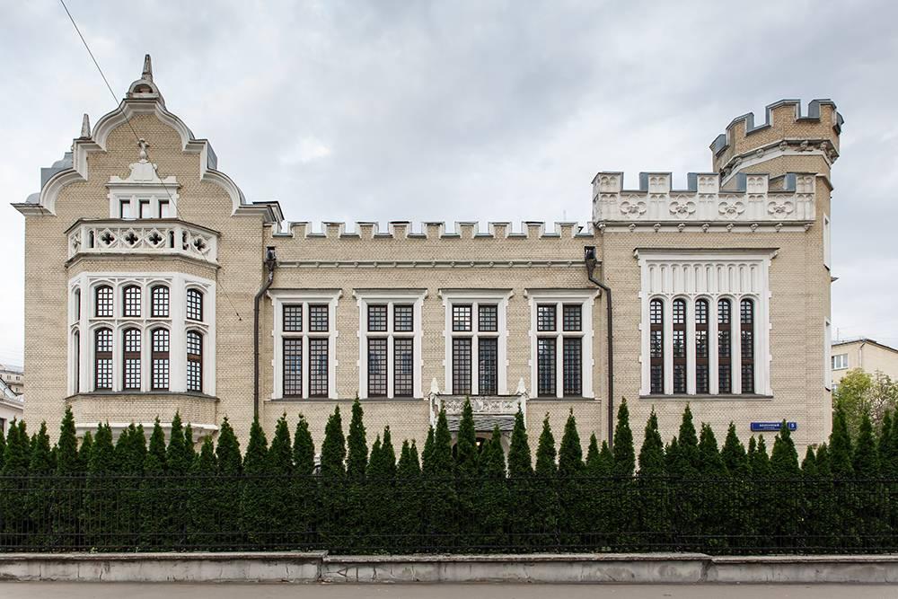 В Колпачном переулке находится еще одно готическое здание — усадьба А.Л.Кнопа