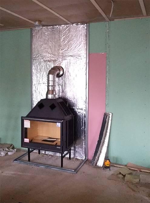 Позади топки на стене использовали огнестойкий гипрок и фольгированные плиты минеральной ваты