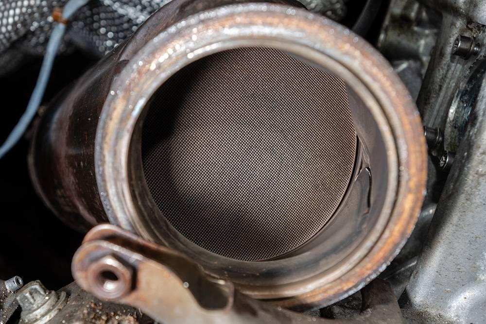 Соты исправного керамического катализатора. Источник: Anton Tolmachov / Shutterstock