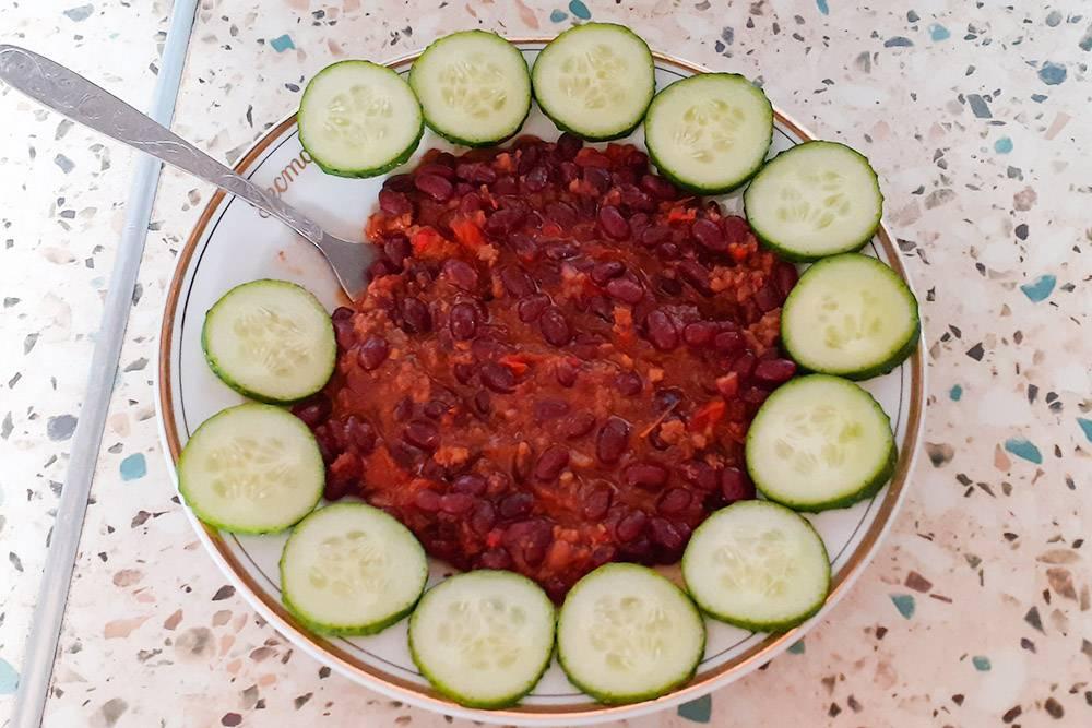 Мой обед — фасоль, тушенная с луком, болгарским перцем, помидорами, фаршем и соусом лечо. Обложила огурцами длякрасоты