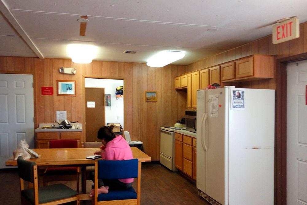 На кухне можно приготовить еду или оставить готовую в холодильнике. Главное — не забыть подписать, чтобы еду не забрал кто-то другой