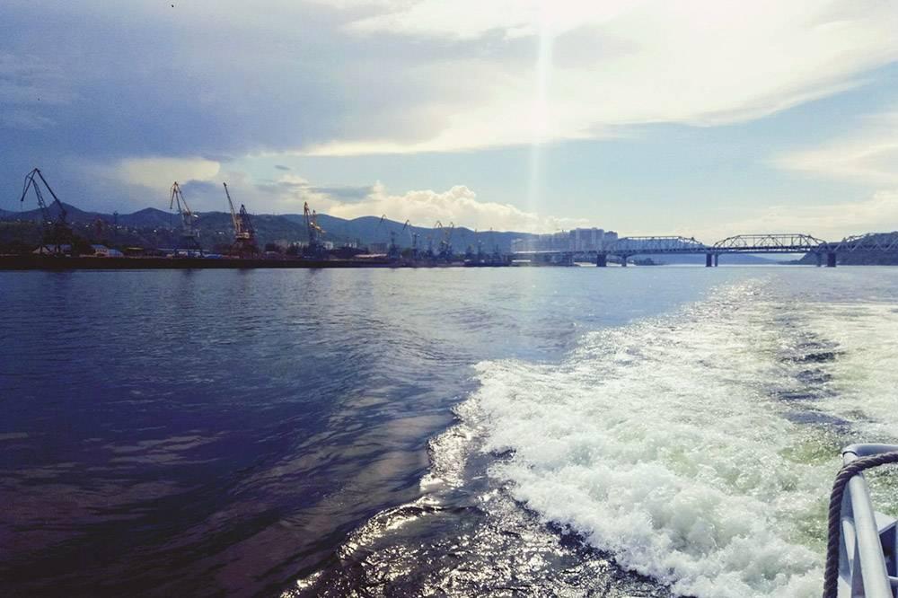 Такой индустриальный пейзаж можно увидеть рядом с железнодорожным мостом, подкоторым проходят катера и теплоходы