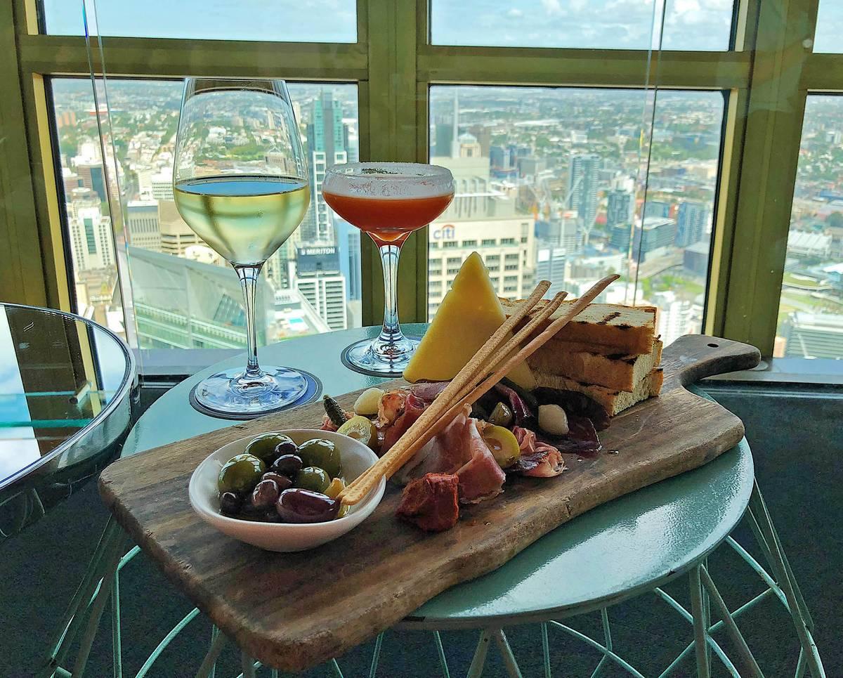Перекус в крутящемся ресторане в Sydney Tower Eye