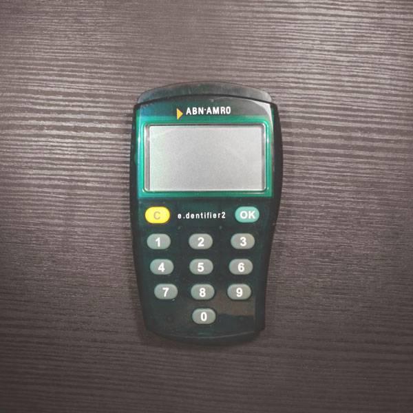 Мобильный терминал карты «Маэстро», на нем нужно вводить код подтверждения для каждой покупки в интернете