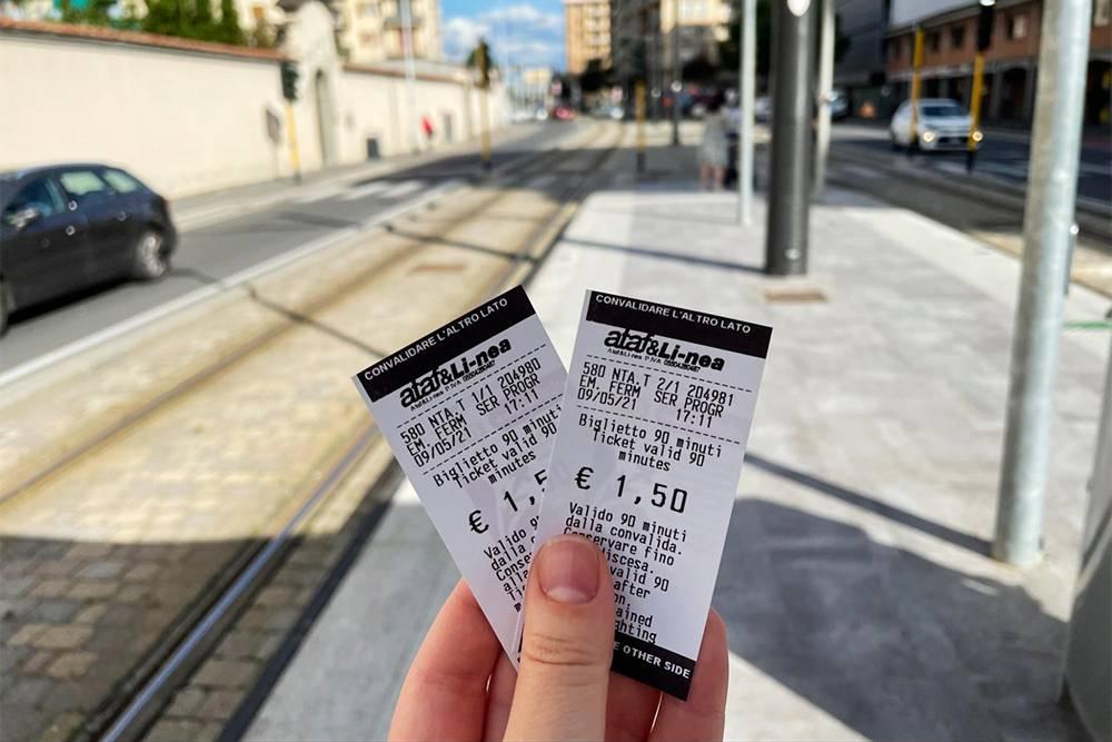Так выглядят билеты на трамвай. Эти еще не прокомпостированы — на них пока стоит только время покупки. Дата активации печатается на обратной стороне