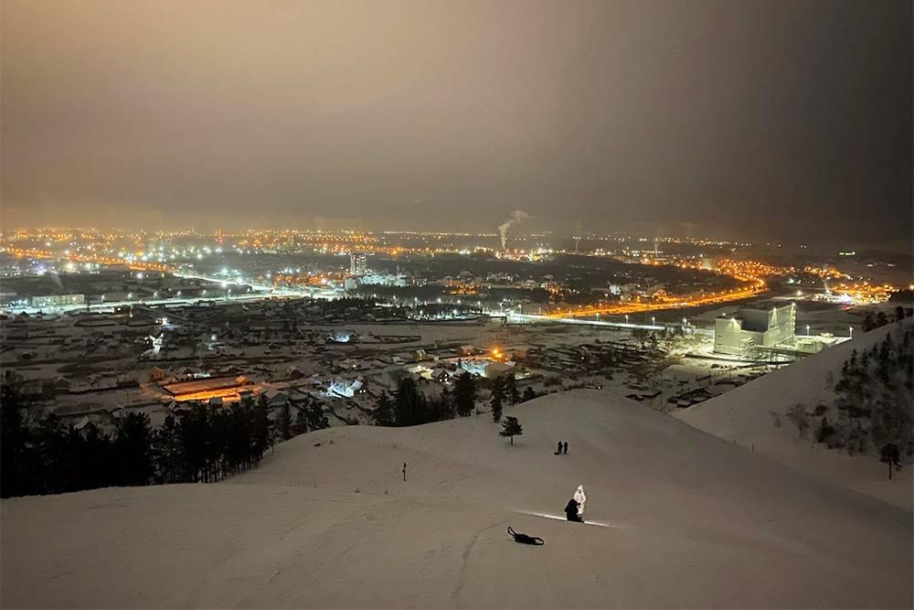 В ясную погоду со смотровой открывается прекрасный вид на город. Местные катаются там на санках, лыжах и сноубордах