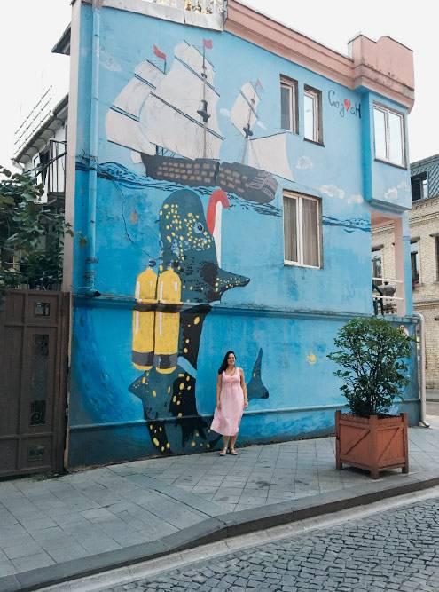 Грузины любят красоту, многие фасады в Батуми расписаны красивыми граффити