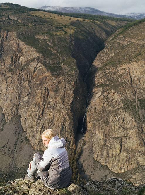 На другой стороне, на склонах Алтайского заповедника, виднеются водопады
