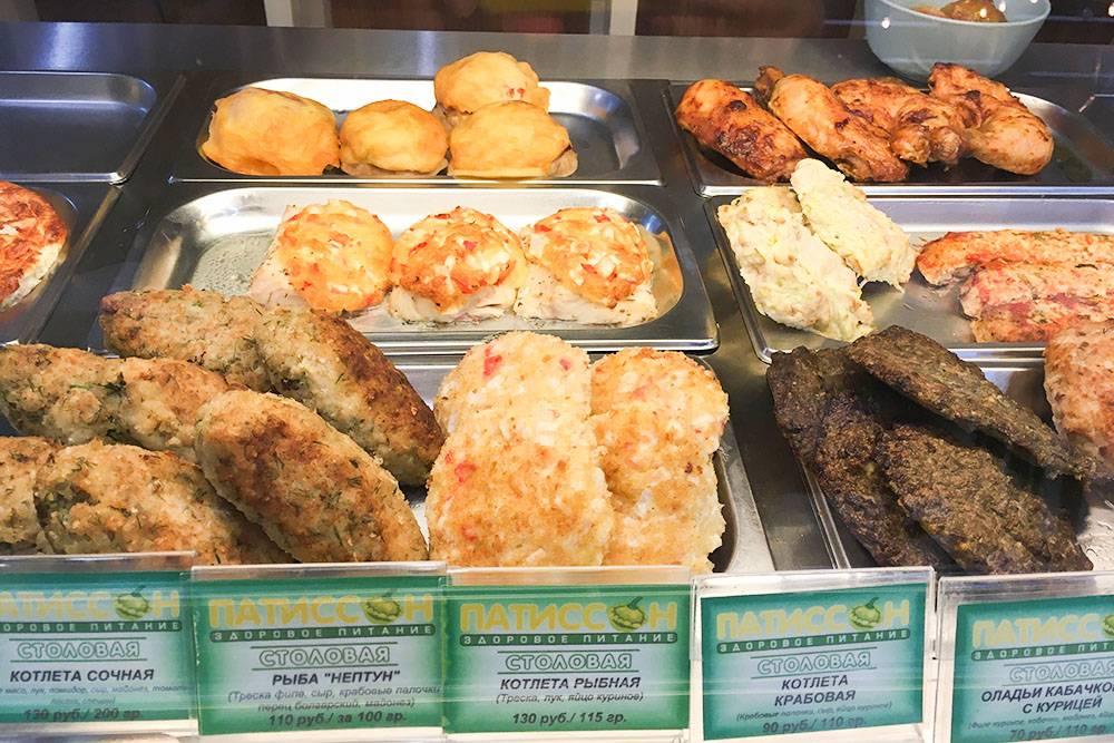 В меню много классических блюд: котлета, окорочок, печеночные оладьи