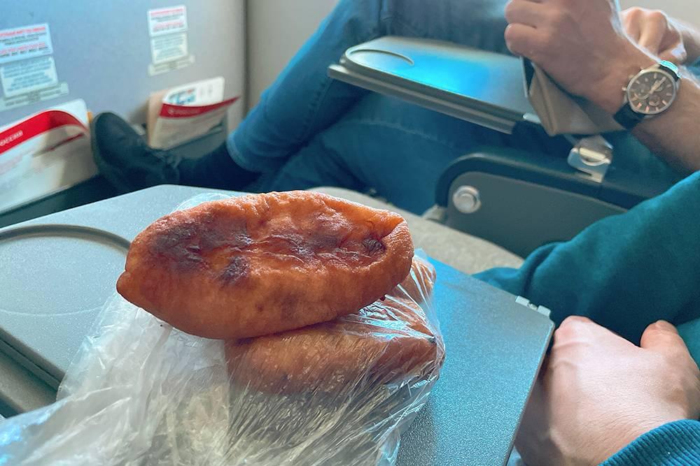 Самолетно-пирожковый пир. Мы как в поезде. Ужасно неэлегантно, но главное, чтобы К. хорошо себя чувствовал