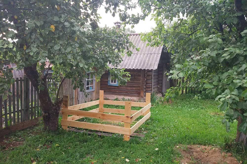 Вот так выглядит наша баня. Фото сделано скрыльца дома, так что донее очень близко. Слева забор, который отделяет «детский» дворик отогорода. Анапереднем плане — самодельный уличный манеж длясына