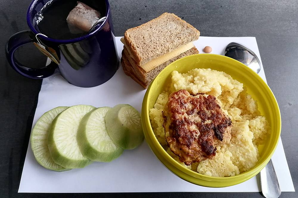 На обед пшенная каша с котлетой, остатки редьки и чай с бутербродами: один такойже, как утром, — с маслом, сыром и огурцом, второй со сгущенным молоком