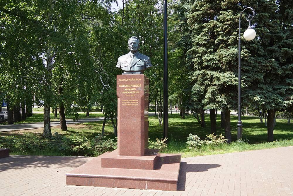 На площади у Вечного огня установлен бюст Михаила Калашникова