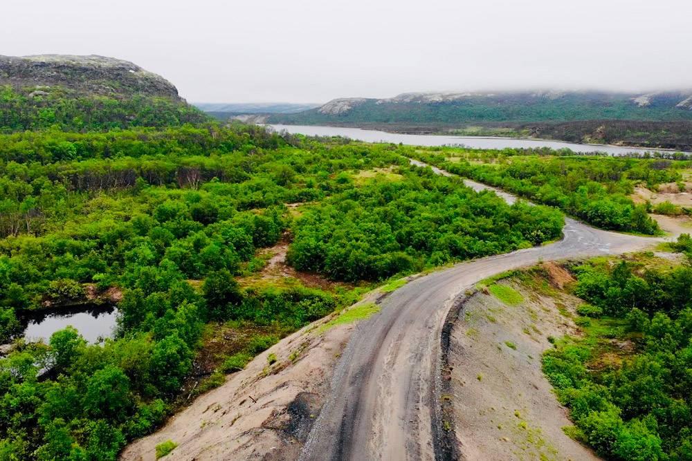Единственная дорога, ведущая к полуострову, почти не размечена. По пути много ухабов, затоза каждой сопкой открывается новый необыкновенный вид